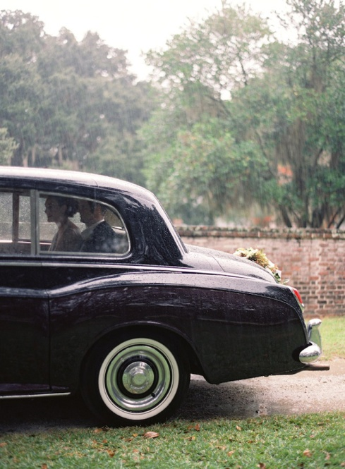 2-boda_lluvia-rainy-wedding-vintage-car-flowers