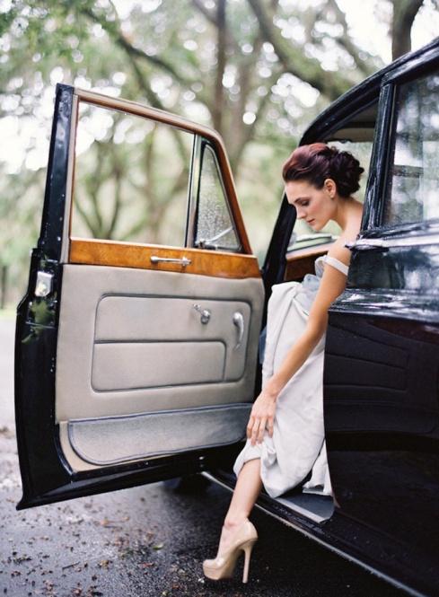 4-rainy-wedding-blue-bride-dress-elegant-vintage-car-flowers-shoe-nude