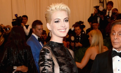 anne-hathaway-blonde-hair-cut-met-gala